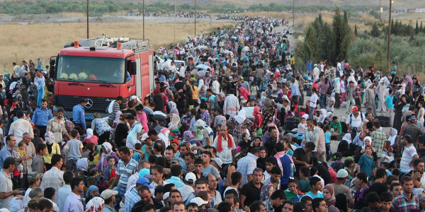 Refugees from the Syrian civil war fill a road near the Syria-Iraq border. UNHCR / G.Gubaeva